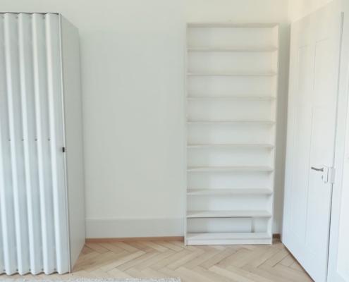 Büchergestell hinter der Türe